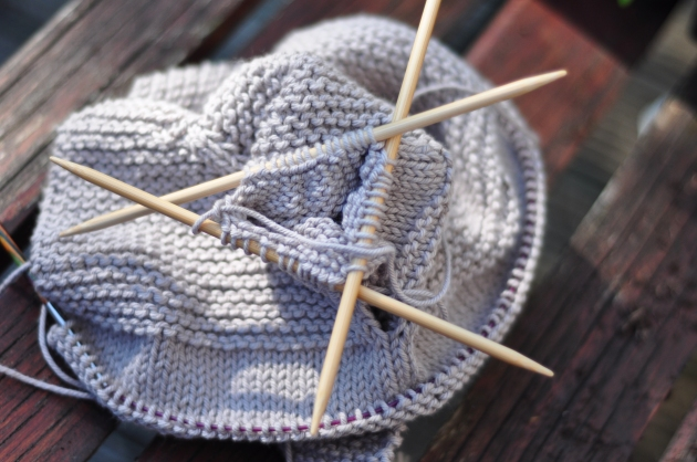 Knitting in the round with double pointed needles