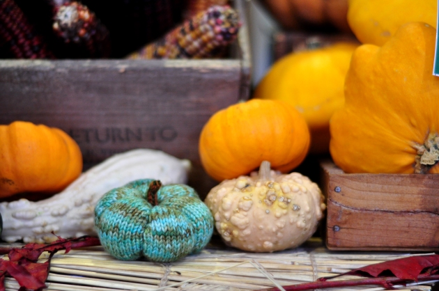 Small knitted green gourd with orange pumpkins #knitting
